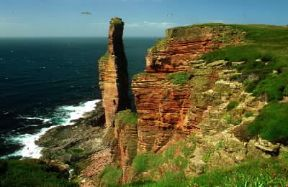 Costa dell'isola Hoy ( arcipelago delle Orcadi); veduta dell'Old Man of Hoy, camino alto 137 metri.De Agostini Picture Library/G. Wright
